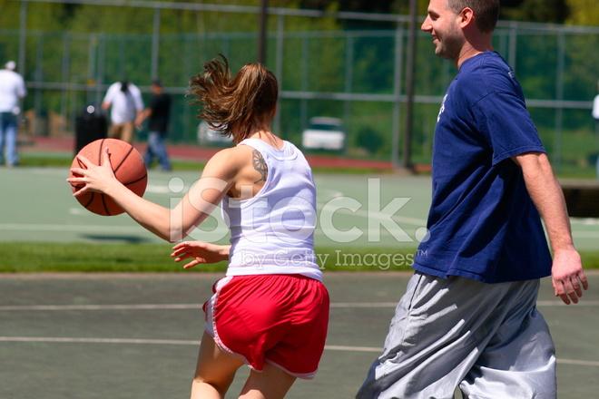 A Woman Playing Basketball Imágenes De Stock A Woman: Hombre Y Mujer Jugando AL Baloncesto Fotografías De Stock