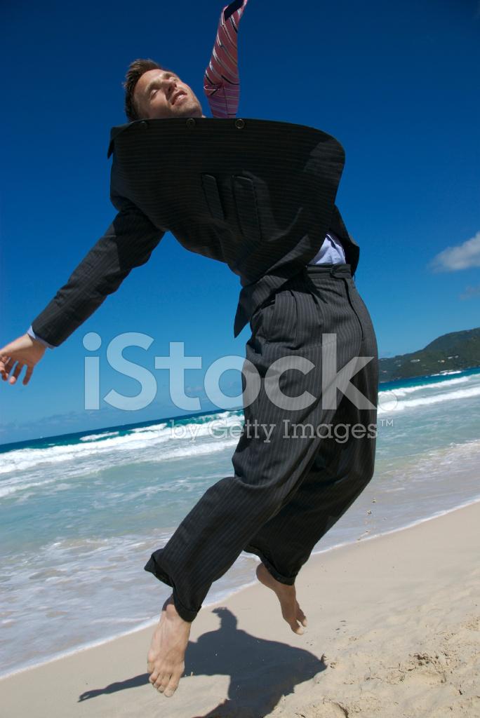 homme d 39 affaires fait un bond de pieds nus sur la plage photos. Black Bedroom Furniture Sets. Home Design Ideas