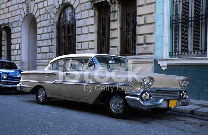 vieille voiture am ricaine sur la rue de la havane photos. Black Bedroom Furniture Sets. Home Design Ideas
