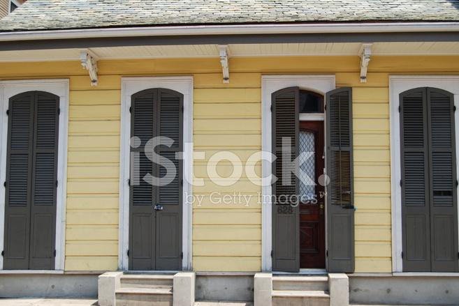 Gelbe French Quarter House Mit Braunen Fensterladen Stockfotos