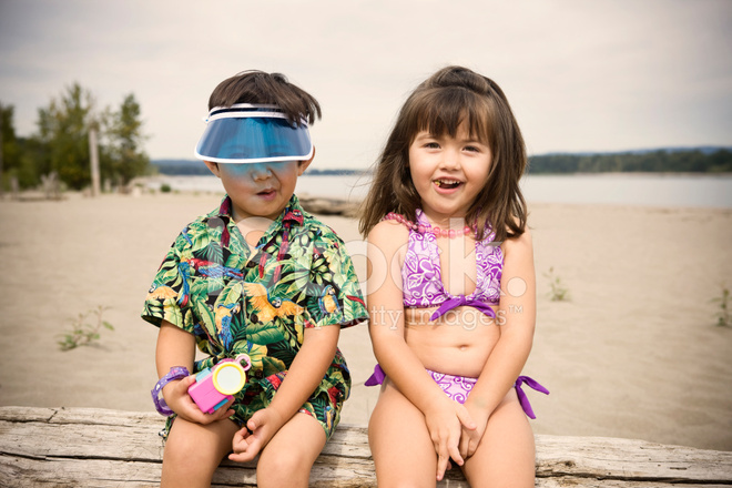 Costume Da Bagno Ragazzo : Ragazzo spagnolo e il giovane russo donna in costume da bagno in