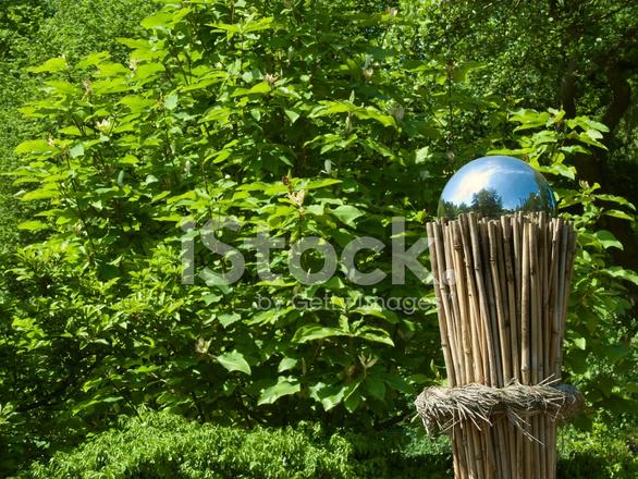 Silber Sphare Auf Ein Bundel Von Bambus Im Garten Stockfotos