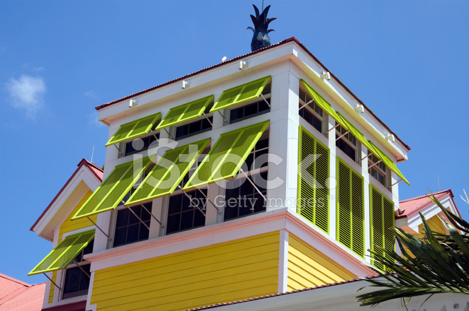 Grunen Fensterladen Auf Gelb Gebaude Stockfotos Freeimages Com