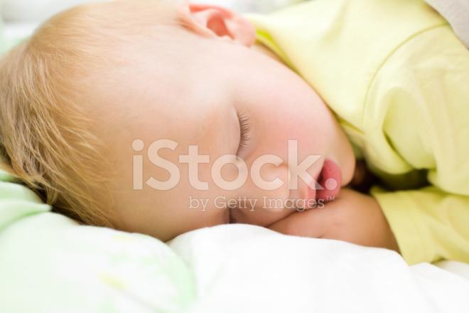 Yatakta uyuyan huzurlu Bebek, baby boy restful.