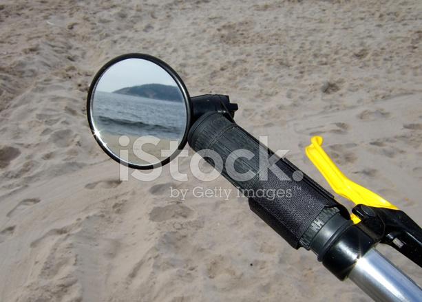 Spiegel Voor Fiets : Strand door de fiets spiegel stockfoto s freeimages