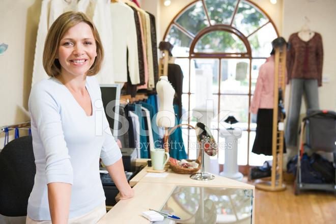 a9cf7dcc4767a4 Frau AM Kleidung Shop Lächelnd Stockfotos - FreeImages.com