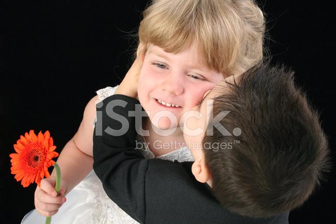 Kussen Voor Peuter : Schattig peuter jongen vier jaar oud meisje kussen op de wang