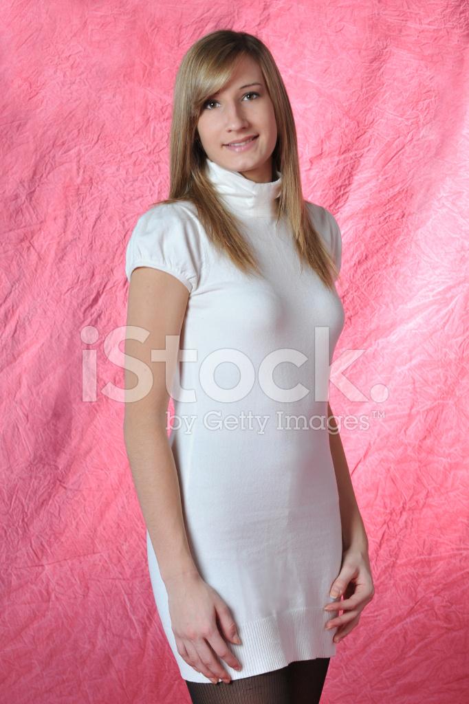 Schöne Teen Mädchen IN Einem Weißen Kleid, Rosa Hintergrund ...