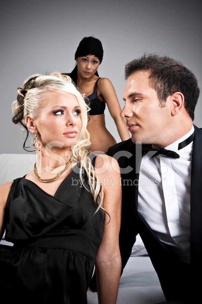 Frau flirtet mann an
