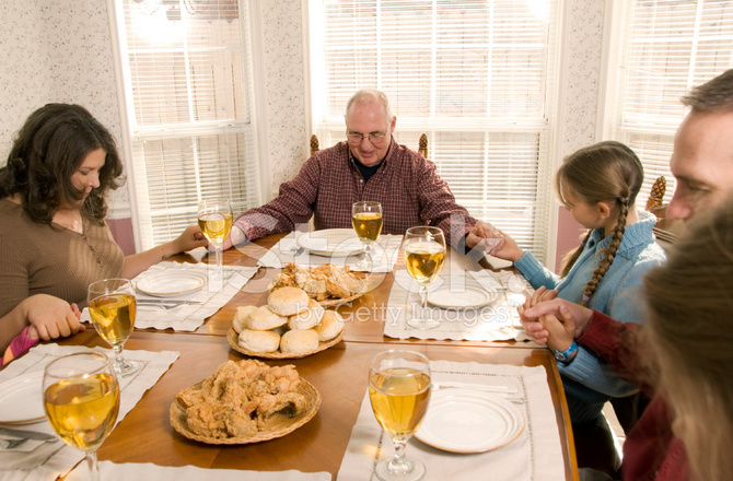 family praying at dinner - 670×440