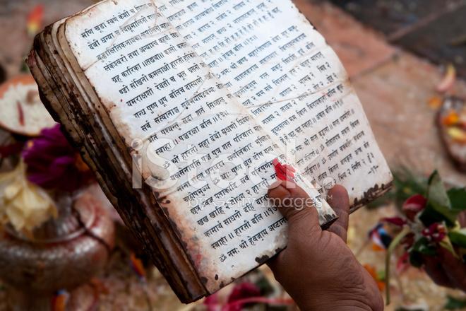Священные писания индуизма 8512540-prayer-at-swayambhunath-nepal