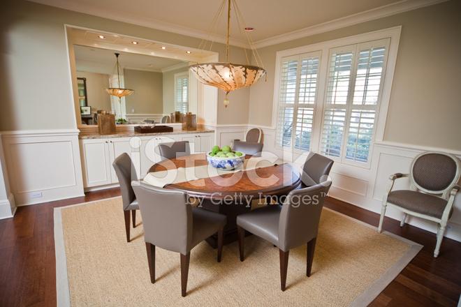 Moderne eetzaal interieur met ronde tafel stijlvolle furnit