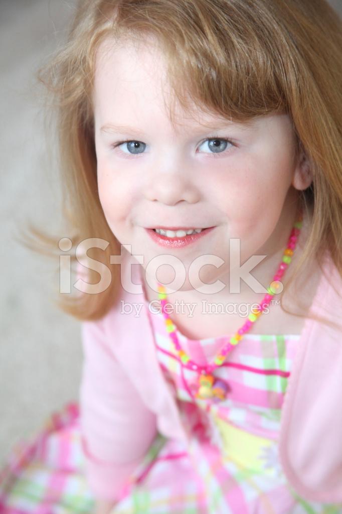 liten flicka sprutar