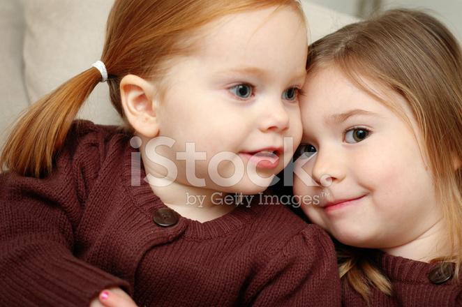 6598c48134f45 Zwei Süße Schwestern Zusammen Kuscheln Stockfotos - FreeImages.com