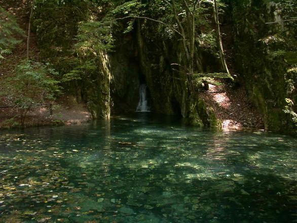Beutiful lake & waterfall / Gy