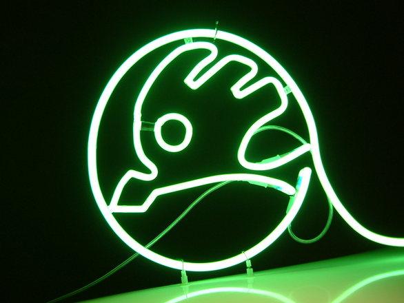 logo skoda wykonane z neonu