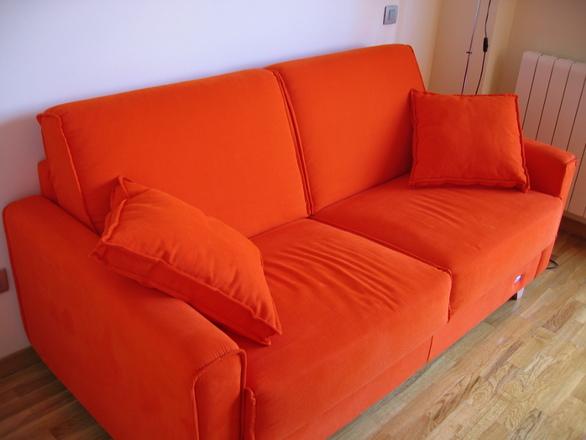 Оранжевый диван фото