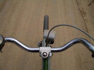 de oude fiets rijden
