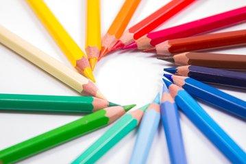Crayons de couleur formant une spirale