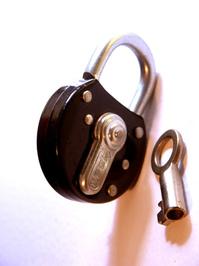 candado cerrado con llave