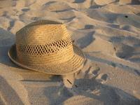 hat in sand - chapeau dans le sable