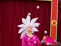 Daisy-woman juggling