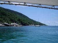 Barco na ilha do Arvoredo