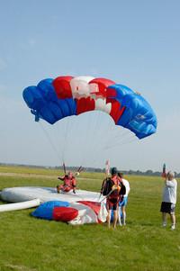 skydivers landing 5