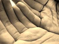 Ľudské ruky dlaňami nahor - otvorené dlane - liečivé ruky