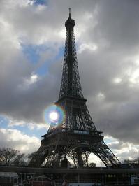 Sun behind the Eiffel tower