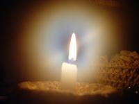 Svetlo v tme - zapálená sviečka - žiara svetla sviečky - aura plameňa zapálenej sviečky