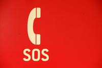 SOS - značka SOS - biele slúchadlo SOS na červenom pozadí
