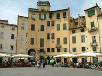 Piazza Amfiteatro a Lucca