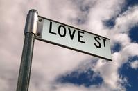 Love station - stanica Lásky - značka naznačuje smer Lásky
