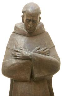 Drevená socha mnícha - kajúci sa mních