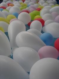 ballons on pool